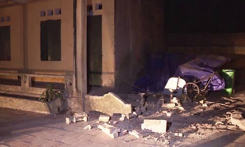 Sập lan can trường, 13 học sinh rơi từ tầng hai xuống đất