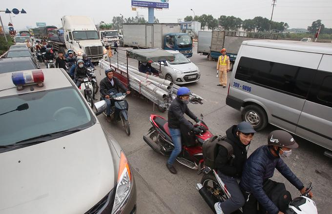 Tài xế trả tiền lẻ, xe cẩu lớn xuất hiện ở trạm BOT Hưng Yên