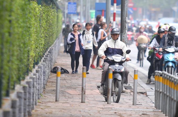 Barie ngăn xe máy lên vỉa hè ở Hà Nội