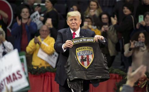 Tổng thống Trump tại sự kiện ởnhà thi đấu Pensacola, bang Florida hôm 8/12. Ảnh: Bloomberg