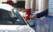 Tài xế dàn xe trả tiền lẻ qua trạm thu phí, quốc lộ 5 ùn tắc