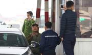 Tài xế dùng tiền lẻ trả phí qua trạm quốc lộ 5 Hưng Yên
