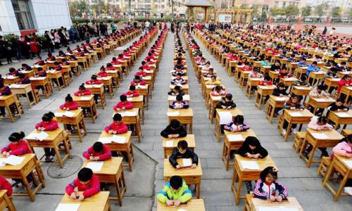 Học sinh Trung Quốc làm bài tập. Ảnh: Telegraph.