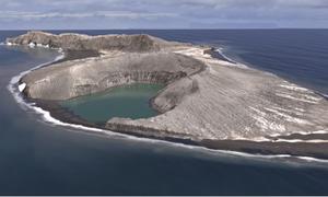 Hòn đảo mọc lên giữa biển sau đợt phun trào núi lửa