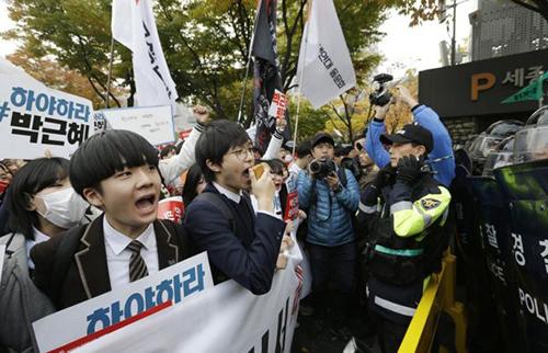 Các học sinh tham gia cuộc biểu tình phản đối cựu tổng thốngPark Geun Hye hồi năm ngoái. Ảnh: AP