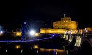 Nghệ sĩ Italy đi thăng bằng trên dây thép vượt sông đêm