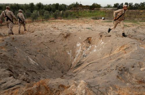 Thành viên lực lượng an ninh Hamas kiểm tra hiện trường vụ nổ ở phía bắc dải Gaza. Ảnh: Reuters.