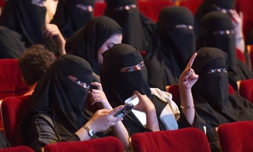 Phụ nữ Arab Saudi tham dự liên hoan phim ngắn ở trung tâm văn hóa tại Riyadh hồi tháng 10. Ảnh: AFP.
