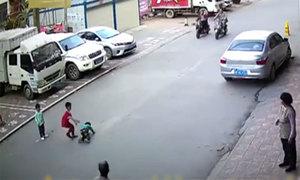 Cậu bé 7 tuổi cứu em nhỏ bị xe đâm trong khi người lớn đứng nhìn