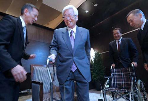 Ông Satoru Anzaki (giữa)