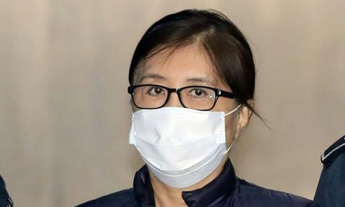 Bà Choi Soon-sil ra tòa. Ảnh: AFP.