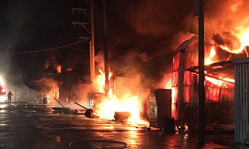 Đám cháy ở nhà máy nhựa tại thành phố Đào Viên sáng nay. Ảnh: CNA.