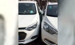 Dàn ôtô đỗ dính vào nhau đầy điêu luyện