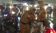 Cảnh sát không nên phát áo mưa cho người dừng xe trong hầm Thủ Thiêm
