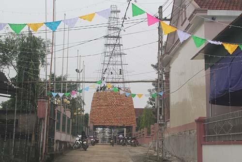 nguoi-dan-nghe-an-dung-cay-thong-bang-5000-noi-dat