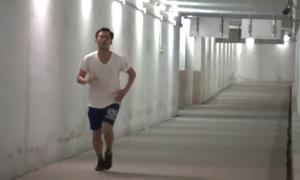 Người Hà Nội xuống hầm đi bộ thể dục tránh rét