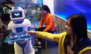 Robot hơn 100 triệu đồng phục vụ cà phê ở Hà Nội