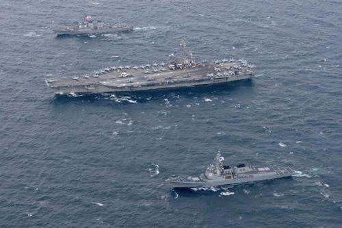 USS Ronald Reagan (CVN 76) and the forward-deployed Arleigh Burke-class destroyer USS Stethem (DDG 63) steam alongside South Korean navy ships