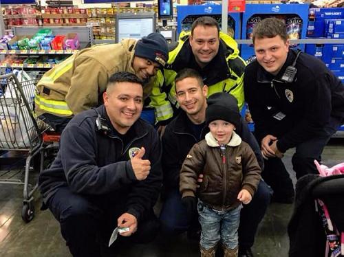 Bé Mỹ hai tuổi dùng tiền tiêu vặt mua kẹo cho lính cứu hỏa