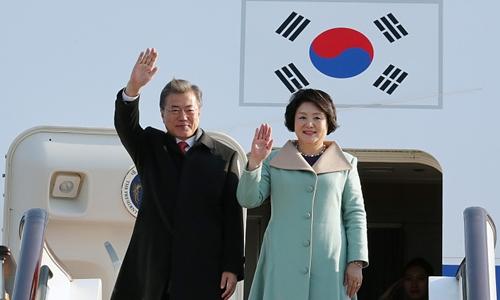 Tổng thống Hàn Quốc Moon Jae-in cùng phu nhân Kim Jung-sook tới Bắc Kinh, Trung Quốc, ngày 13/12. Ảnh: China Daily.