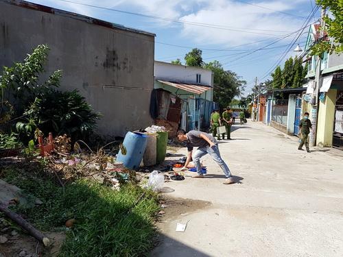 Mấu chốt của vụ án được phơi bày sau khi người dân phát hiện một số phần thi thể nạn nhân tại thùng rác trước dãy nhà trọ. Ảnh: Hoàng Trường