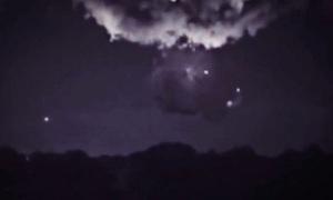 Chấm sáng cạnh đám mây giông nghi UFO thu năng lượng bão