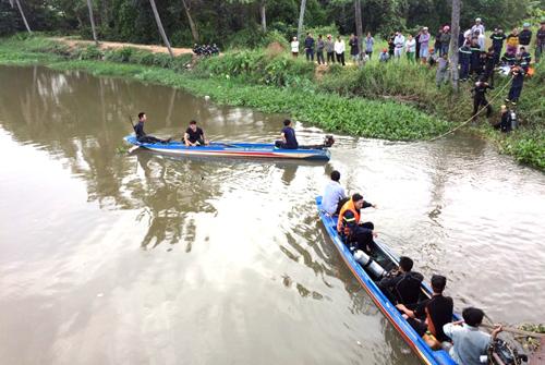 Cảnh sát cứu hộ tỉnh Bình Dương đang tìm kiếm đôi nam nữ. Ảnh: Nguyệt Triều.