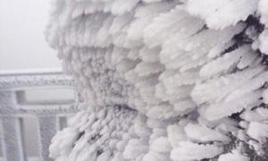 Đỉnh Fansipan phủ băng dày trắng xóa