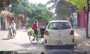 Tài xế dửng dưng sau khi mở cửa ôtô quệt ngã cô gái đi xe đạp
