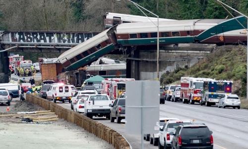 Một phần đoàn tàu 501 của Amtrak lao xuống cao tốc I-5 ở Washington, Mỹ, ngày 18/12. Ảnh: AFP.