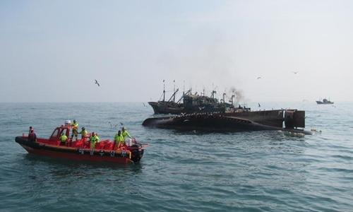 Một tàu cá Trung Quốc bị lật ngoài khơi đảo Gageo, tỉnh Bắc Jeolla, Hàn Quốc, tháng 1/2016. Ảnh: Xinhua.