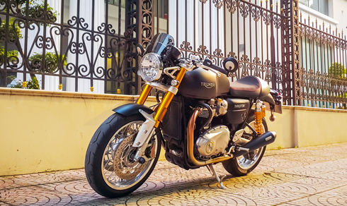 triumph-thruxton-r-chat-cafe-tren-duong-pho