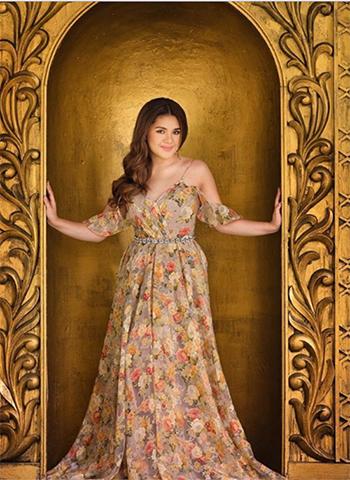 những chiếc váy cầu kỳ mà Isabelle mặc là tác phẩm của các nhà thiết kế hàng đầu, trong đó có Garimon Roferos Couture ở Dubai.