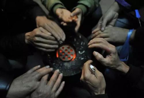Nhiều người dân Trung Quốc vẫn phải dùng than đá để sưởi ấm khi nguồn cung khí đốt hạn chế. Ảnh: CMN.