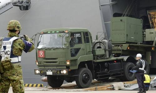 Một xe quân sự Nhật Bản chở các bộ phận của tên lửa Patriot rời cảng ở Ishigaki. Ảnh: Reuters.
