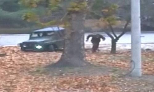 Binh sĩ Triều Tiên đào tẩu sang Hàn Quốc hồi tháng 11. Ảnh: UNC.