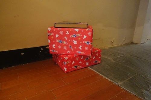Món quà Giáng sinh Grigg nhận được nhưng ông vẫn chưa mở chúng. Ảnh: Angus Grigg.