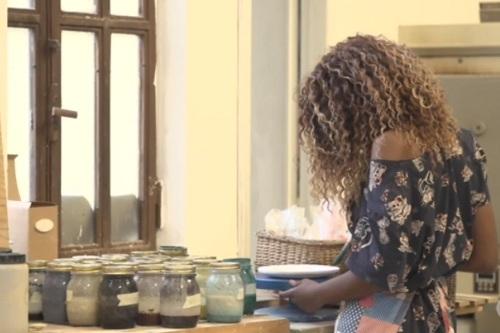Becky được dạy nghề gốm sứ trong một xưởng thủ công nhỏ. Ảnh: CNN.