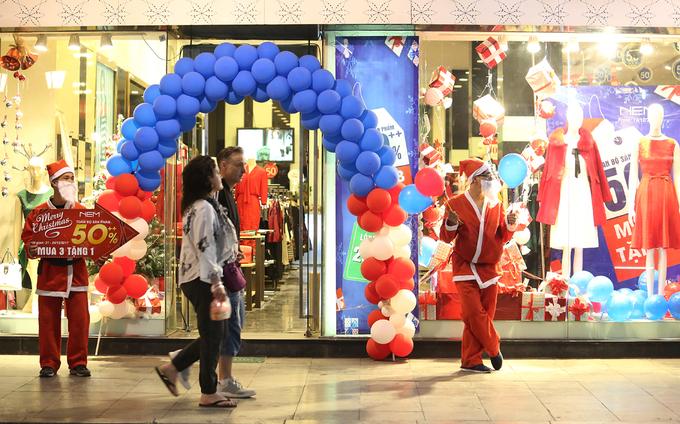 Không khí Noel tràn ngập trên đường phố Hà Nội