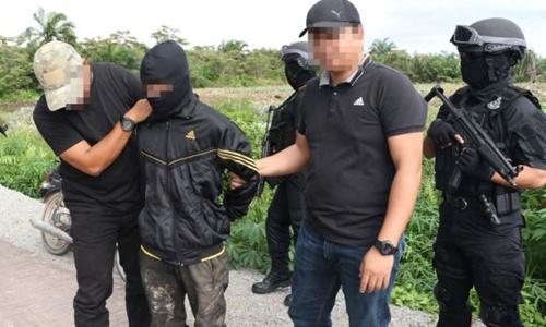 Lực lượng chống khủng bố Malaysia bắt giữ một nghi phạm ở Pontian, tỉnh Johor. Ảnh: Star Online.