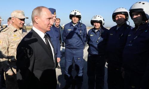 Tổng thống Nga Vladimir Putin tới thăm căn cư không quân Hmeimim, Syria, hôm 11/12. Ảnh: AP.