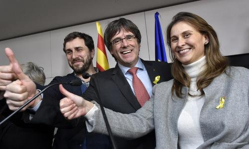 Ông Carles Puigdemont ăn mừng sau chiến thắng của phe ly khai. Ảnh: AFP.