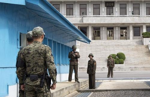 Binh sĩ Hàn Quốc và Triều Tiên tại DMZ. Ảnh: Reuters.