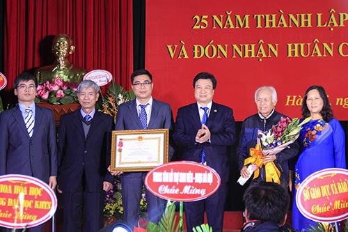 Thứ trưởng Giáo dục và Đào tạo trao Huân chương lao động hạng nhì cho tập thể giáo viên khối THPT chuyên Hóa. Ảnh: Dương Tâm
