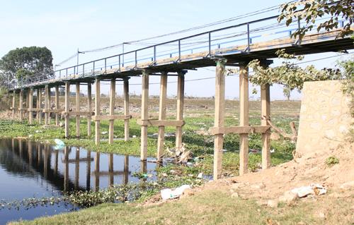 Cây cầu dài gần 30m. Ảnh: Phạm Dự.