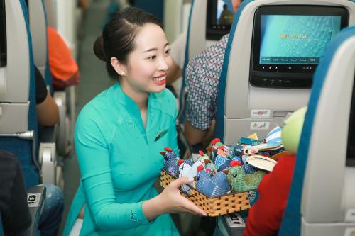 Vietnam Airlines vừa tặng mỗi hành khách trên 10 chuyến bay nội địa do hãng lựa chọn ngẫu nhiên trong ngày 1/10 một món quà. Sự kiện nằm trong chương trình Hành trình Yêu thương - Flights of Love.