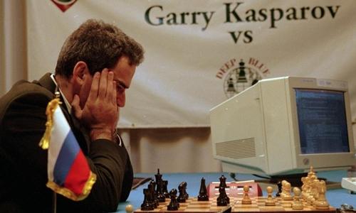 Kiện tướng cờ vua Gary Kasparov so tài với siêu máy tính Deep Blue. Ảnh: Forbes.