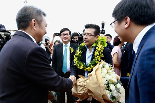 Vị khách thứ 200 triệu đi trên chuyến bay VN223 hạ cánh lúc 10h10 là ông Nguyễn Trường Chinh (43 tuổi, Tổng giám đốc kinh doanh công ty LIXIL Việt Nam). Khách được tặng 200.000 dặm thưởng vào tài khoản Bông sen vàng và một cặp vé khứ hồi quốc tế.