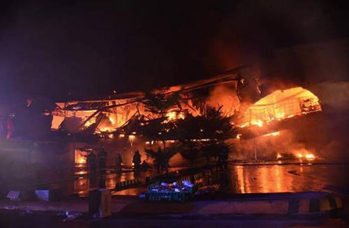 Lính cứu hỏa vẫn đang dập lửa lúc 19h tối nay. Ảnh: SunStar.