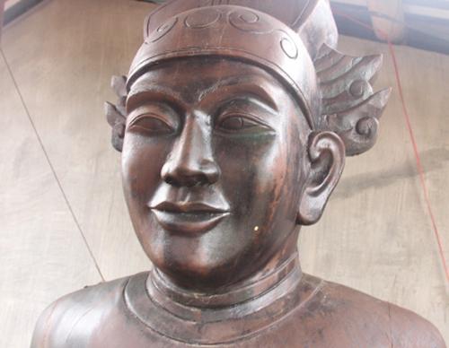 Tượng vua Minh Mạng bằng gỗ trầmhương do con cháu thờ tự. Ảnh: Võ Thạnh.